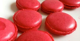 Rote Macarons mit Rosengelée Füllung
