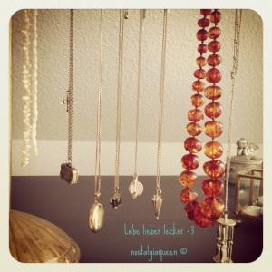 Perlenketten: Antik , Koffer-Kette: Accessorize; Medaillon: Christ (gold); Fotoapparat-Kette: Primark; Tassen-Kette + Regenschirmkette + Sanduhr: Accessorize ; Bernsteinkette: Antikmarkt