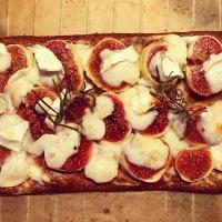 Sünden- und glutenfreie Low Carb Pizza mit Ziegenkäse, Feigen, Honig und Rosmarin